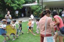 In einem Gartencafe wird eine Parade aufgeführt.