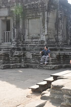 Ich sitzte erschöpft im Schatten und trage eine scheussliche Hose (die ich mir am Vortag kaufen musste, damit ich überhaupt in den Tempel gelassen werde)