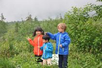 Die Kinder ertasten den unbekannten Lebensraum