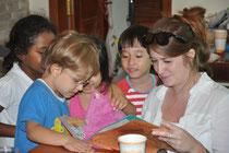 Die Kinder überreichen ihre Geschenke an Miss Lindsey