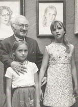 Exposition à Ax les Thermes en 1967 A.Bilis et ses deux petites filles Nadine et Dominique