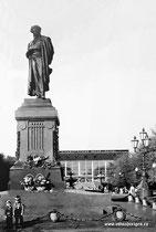 """Москва. Памятник А.С. Пушкину, кинотеатр """"Россия""""."""