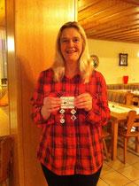 Heidi Silberbauer zeigt ein Badge mit Dangles