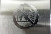 Aufzug im Brandfall nicht benutzen als Logo in Edelstahl graviert