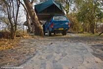 Am nächsten Morgen finden wir rings um unser Zelt die Fußabdrücke des Elefanten...