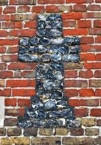 Croix en silex incrusté sur la façade de l'église de Cahon
