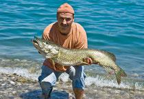 112cm Hecht mit 10Kg, gefangen beim Schleppfischen mit einer Perlmuttspange von www.hechtguide.com