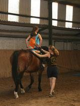 Alles ist ganz sicher ... ein Helfer sitzt mit auf dem Pferd, einer hält fest