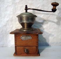 """4217/ Kaffeemühle """"P.B."""" ~1900, Eiche, H 25cm, EUR 55,-"""