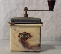 "3743/ Kaffeemühle ""GESKA"" ~1920, Kunststoff, H 19cm, EUR 40,-"
