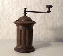 """3902/ Kaffeemühle """"Löwe"""" ~ 1900, Eisenbeschlag, H 25,5cm, EUR 80,-"""