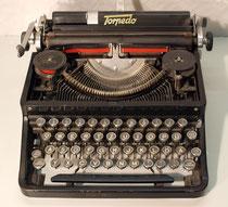 """4173/ Schreibmaschine """"Torpedo"""" ~1930, Zugband defekt, Farbbandabdeckung fehlt, H 14,B 33,T 33cm,EUR 25,-"""
