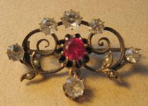 H15/ Brosche ~1900, Silber+1 Rubin,3 Bergkristalle+4 Perlen, L 3cm, EUR 95,-
