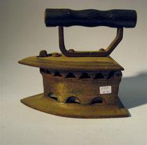 "2952/ Amerikan. Kohlebügeleisen ""BNS 8"" ~1900, L 18cm, EUR 65,-"