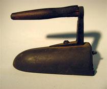 2909/ Kohlebügeleisen ~1900, mit Eisenkern, L 23cm, EUR 40,-