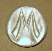 """1253/ Brosche """"M"""" oder """"W"""" ~1930, Perlmutt, Ø 3,6cm, EUR 24,-"""