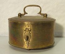 3685/ Messingdose ~ 1800, rund, Verschluss, H 13, Ø 16cm, EUR 75,-