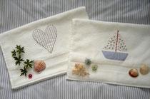 Hochwertige Handtücher mit Motiven aus Stoff, z.B. Herzen, Schiffe (Größe 40 x 60 cm, 14 Euro inkl. Versand)