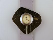 Uhr mit Schmuckscheibe aus Schiefer mit Pyrit