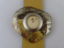 Uhr mit Schmuckscheibe aus Federpyrit