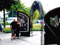 Gerhard Pollheide mit seiner Lebensgefährtin Anita Brandt vor seinem fertiggestellten Kunstwerk in der Breslauer Straße in Espelkamp