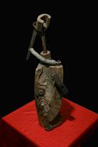 """Brennholzskulptur """"Thyssen"""" I Werkverzeichnis 1.226 / datiert 1997 Brennholzscheid versehen mit Zange, Metallfedern, Eisenmuttern, Hammerkopf, Stahlnägeln u.a. Maße Breite maximal 20,0 cm, Höhe maximal 52,0 cm"""