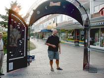 Gerhard Pollheide vor dem fertiggestellten Kunstwerk in der Breslauer Straße in Espelkamp