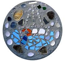 """""""Boatpeople"""" / Werkverzeichnis 4.240 / gefertigt 2017 Gefärbte Betonplatte mit Steinen und Scherben vom Strand und Kies. Maße Durchmesser 36,0 cm, Dicke ca. 5,0 cm"""