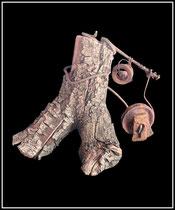 """Brennholzskulptur """"Krupp"""" - Arbeiter - Werkverzeichnis 1.227 / datiert 1997 Brennholzscheid versehen mit Nagel, Draht, Metallringen, Bowdenzug-Scheibe sowie weiterer Materialien. Maße Breite maximal 25,0 cm, Höhe maximal 31,0 cm"""