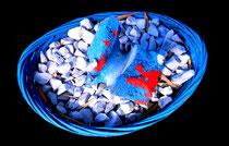 """""""Gebrochener Knochen, gebettet"""" / Werkverzeichnis 4.234 / gefertigt 2017 Brotkorb, blau besprüht, gefüllt mit Kies, ausgetrockneten Tierknochen und verwehten Blättern. Maße ca. b 24,0 cm * ca. t 20,0 cm * h ca. 8,0 cm"""