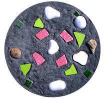 """""""Gefangen"""" / Werkverzeichnis 4.246 / gefertigt 2017 Gefärbte Betonplatte mit Steinen und Scherben vom Strand. Maße Durchmesser 36,0 cm, Dicke ca. 5,0 cm"""