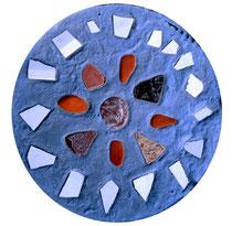 """""""Gefangen im weißen Kreis"""" / Werkverzeichnis 4.245 / gefertigt 2017 Gefärbte Betonplatte mit Steinen und Scherben vom Strand. Maße Durchmesser 36,0 cm, Dicke ca. 5,0 cm"""