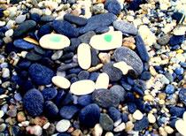 """""""Der Strandwächter"""" Foto meines 2004 mit feuchten, blau schimmernden Steinen, weißen Kieselsteinen und Fundstücken vom Strand gefertigten vergänglichen Kunstwerkes. Größe unbekannt. Nachträge-Werkverzeichnis."""