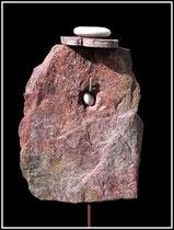 """""""Torghatten"""" Felsstückchen mit Loch, zwei weiße Kieselsteine, Olivenastscheibe an Eisenstange befestigt. Sayalonga, im Jahre 2014 Nachträge-Werkverzeichnis"""