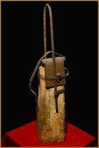 """Brennholzskulptur """"Thyssen"""" II Werkverzeichnis 1.228 / datiert 1997 Brennholzscheid versehen mit Eisen, Schrauben, Draht, Nägel, Farbe u.a. Maße Breite maximal 19,0 cm, Höhe maximal 71,0 cm"""