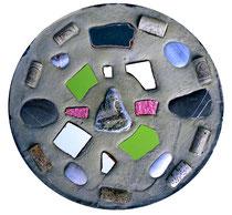 """""""Trinken, getrunken, ertrunken"""" / Werkverzeichnis 4.249 / gefertigt 2017 Gefärbte Betonplatte mit Steinen und Scherben vom Strand und Flaschenkorken. Maße Durchmesser 36,0 cm, Dicke ca. 5,0 cm"""
