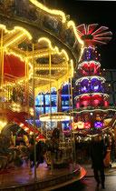 Kinderkarussel und Weihnachtspyramide Nachts. Weihnachtsmarkt am Alexanderplatz. Foto: Helga Karl