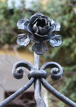 Prächtige eiserne Rose. Gartenzaun einer Landhausvilla in Friedenai. Foto: Helga Karl