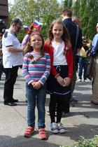 Zwei Mädchen mit Sankt-Georgs-Band lassen sich fotografieren. 9.Mai 2015 Sowjetisches Ehrenmal Berlin. Foto: Helga Karl