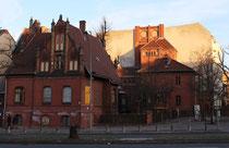 Im Schatten und in der Sonne. Häuser am Friedrich-Wilhelm-Platz Friedenau. Foto: Helga Karl