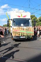 """Truck mit Aufschrift """"Zurück zu den Wurzeln"""", Kennzeichen """"M"""""""" beim """"ZUg der Liebe"""" Berlin. Foto: Helga Karl"""
