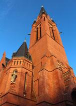 Angestrahlt von der Nachmittagssonne im Winter. Ev Kirche Zum guten Hirten, Friedrich-Wilhelm-Platz in Friedenau. Foto: Helga Karl