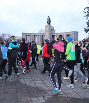 Läufer vor dem Sowjetischen Ehrenmal beim Brandenburger Tor zum Olympia-Lauf. Foto: Helga Karl