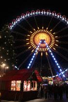 Weihnachtsmarkt ums Rote Rathaus. Erleuchtetes Riesenrad. Foto: Helga Karl