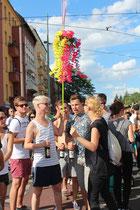 """Junge Teilnehmer stehen in einer Gruppe. """"Zug der Liebe"""" Berlin 2015. Foto: Helga Karl"""
