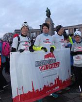 """Läufer mit Transparent """"Wir wollen die Spiele"""". Vor dem Sowjetischen Ehrenmal beim Brandenburger Tor. Foto: Helga Karl"""
