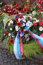 Blumengebinde der Russischen Föderation, niedergelegt an den Stufen beim Denkmal des Soldaten mit Kind der Roten Armee. 9.Mai, Sowjetisches Ehrenmal Treptow Berlin. Foto: Helga Karl
