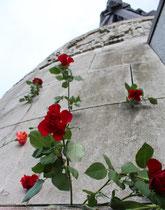 Die Mauerritzen voll Rosen. Denkmal des Soldaten der Roten Armee mit Kind auf dem Hügel. 9.Mai, Sowjetisches Ehrenmal. Foto: Helga Karl