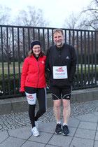 """Ein Läufer-Paar aus Brandenburg """"Wir wollen die Spiele"""". Aufstellung zum Olympialauf. Foto: Helga Karl"""