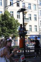"""Aussichtsplattform. Ein Mann steht auf dem Abfallbehälter an Stange. Beim """"ZUg der Liebe"""". Foto: Helga Karl"""
